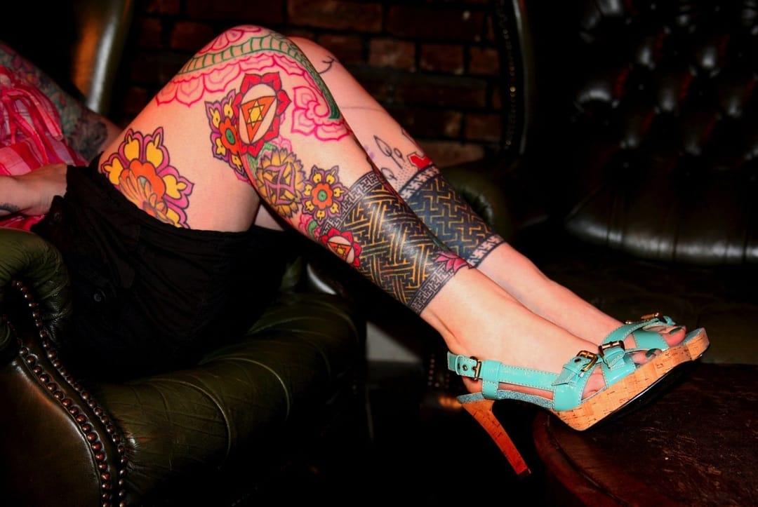 Algumas preferem usar tatuagens à meias altas! (Sabe o nome do artista? Conte para a gente nos comentários)