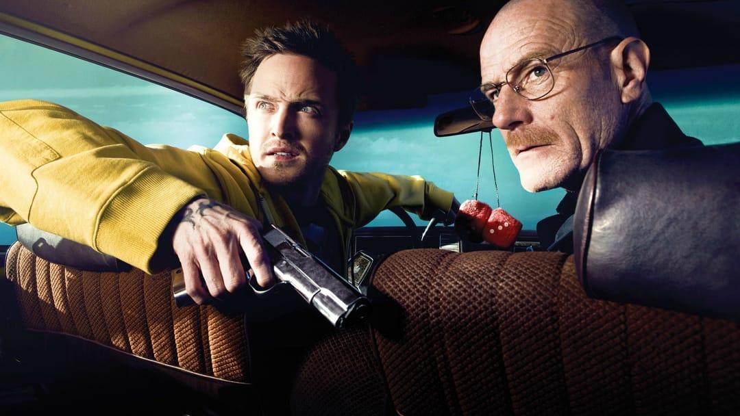 Jesse Pinkman de amarelo, e Walter White